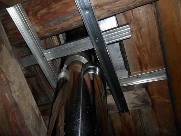 prohod trubi cherez potolok 5 600x450 - Чем заделать щель между трубой и потолком