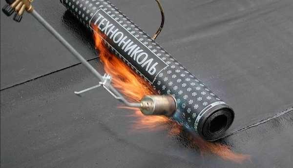 Битумный или битумно-полимерный слой разогревают газовыми горедками