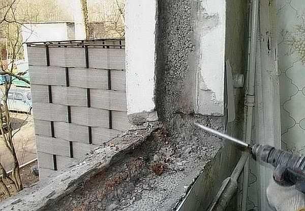 Первым делом проводим демонтаж старого окна. Удалить необходимо все