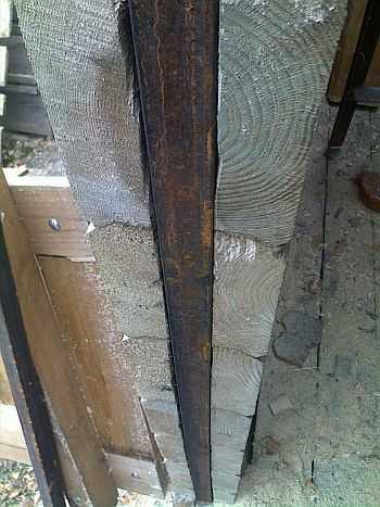 Так нужно скреплять стены, чтобы их не повело при усушке. Вместо железного бруса ставят еще деревянный