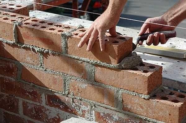 Для того чтобы стена было ровной используют натянутый шнурок
