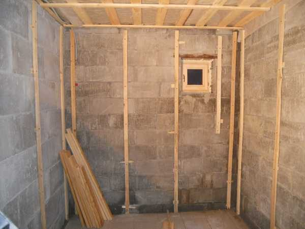 По стенам набита обрешетка - подготовка к укладке утеплителя