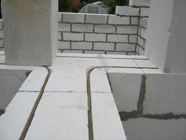 Обратите внимание на то, как укладывается арматура в местах примыкания стен - она загибается и кладется целый кеусок