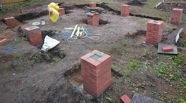 Фундамент под террасу можно сделать из кирпичных столбиков