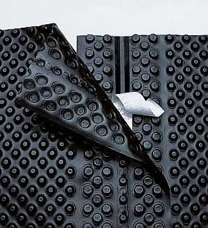 Это современный гидроизоляционный материал - профилированная мембрана. Имеет высокую надежность, заодно за счет неровной поверхности компенсирует силы пучения