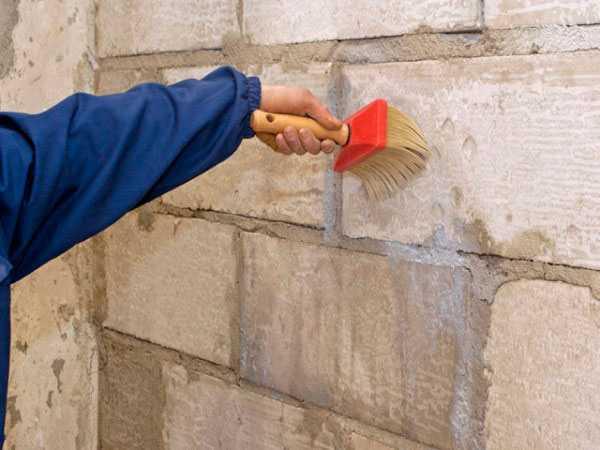 Стены из пеноблоков промазывают пропитками для уменьшения гигроскопичности
