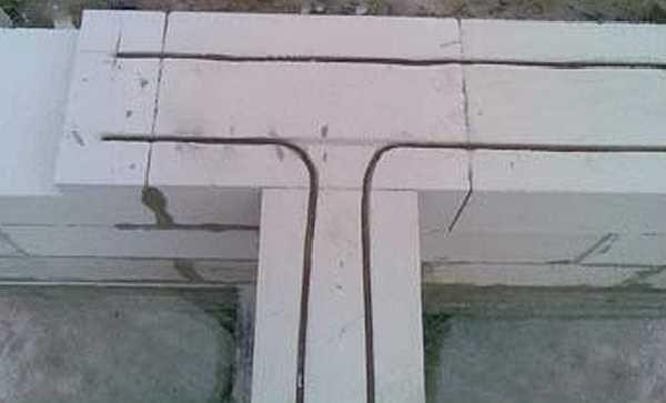Обратите внимание что на углах и в местах примыкания стен прутки арматуры изгибают, а не отрезают