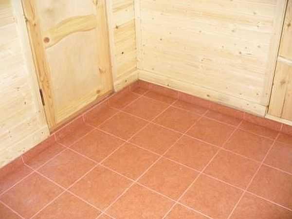 В моечной комнате бани а также в парилке имеет смысл выложить пол плиткой