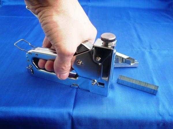 В степлер вставляют рекомендованные размеры скоб