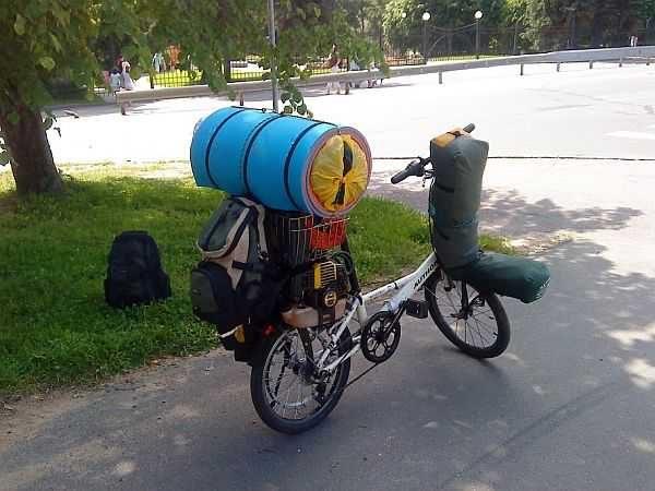 Впереди на велосипеде - это баня палатка, на багажнике сверху - печка