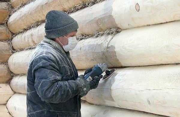 Большинство при шлифовке сруба работают болгарками с разными насадками