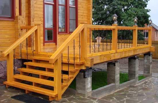 Один из вариантов входной деревянной лестницы на косоурах