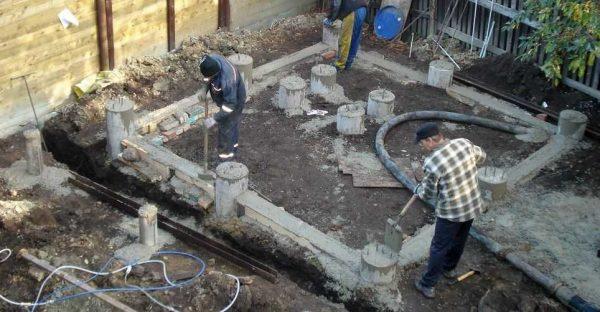 Заливаем бетоном столбы