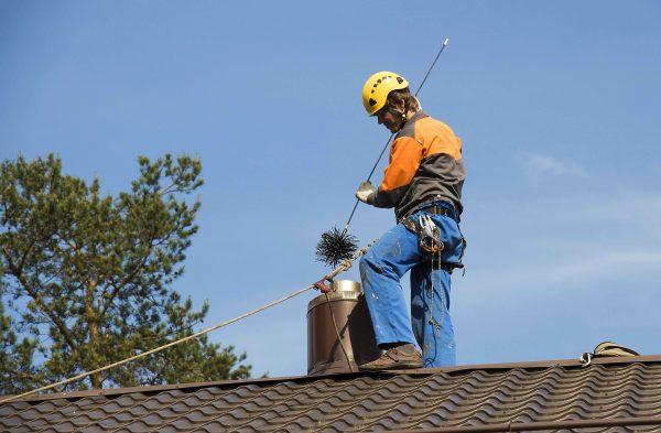 Перед началом работ на крыше обязательно подстрахуйтесь
