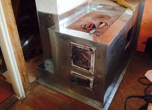 Печи, зимующие в неотапливаемых помещениях, проще отделать железом